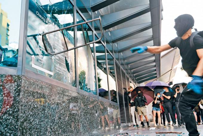 暴力示威者不時破壞公共設施及針對性商鋪。