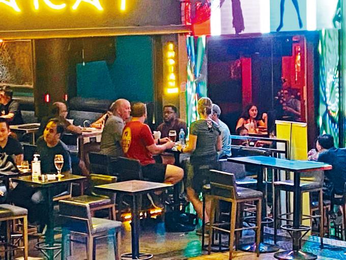 蘭桂坊有酒吧出現疑似五人聚集的情況。