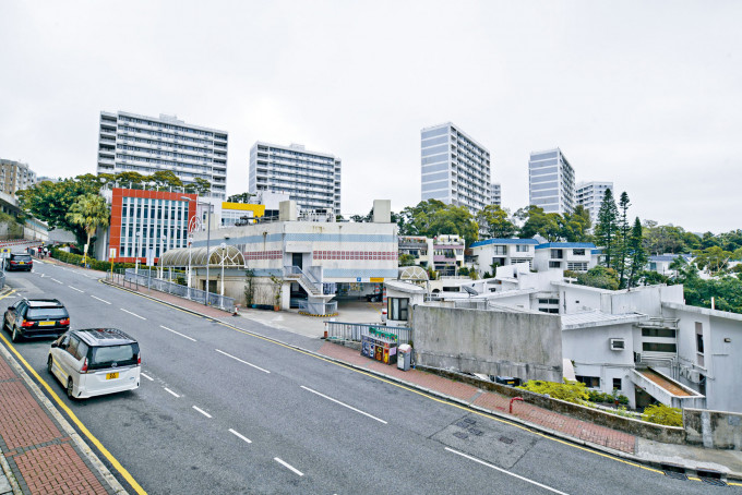 山頂文輝道地皮(後排多幢高層住宅物業)將「一拆二」出售,而下季推出的一幅地可建約二百四十個單位。