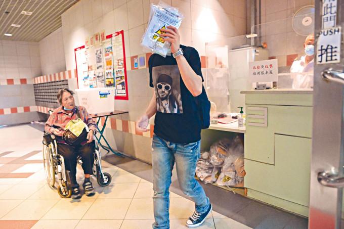 確診女院友舊居觀塘翠屏邨翠楣樓,居民獲發檢測樣本包。