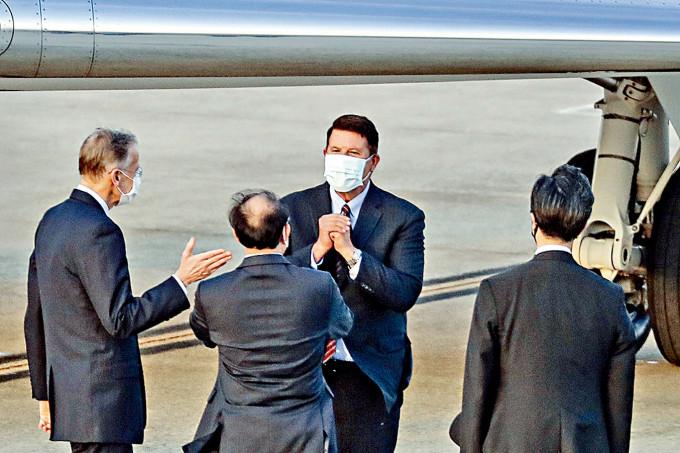 美國國務次卿克拉奇(中)昨午抵達台北,台灣官員前往接機。