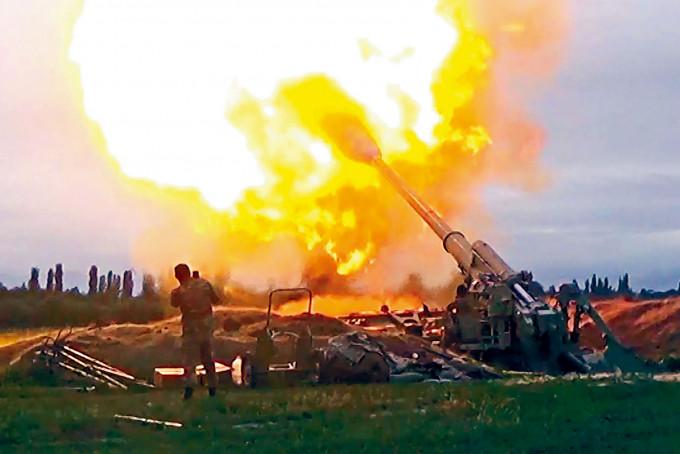 阿塞拜疆炮兵向納卡地區的亞美尼亞分離主義者陣地,發動攻擊。