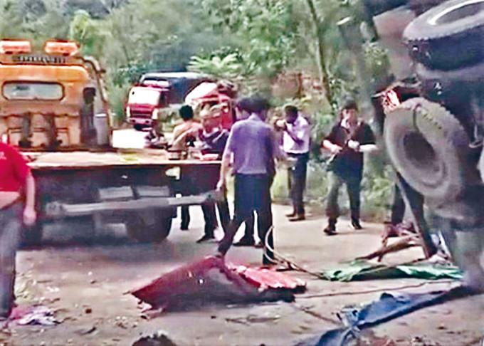 翻車現場八人被壓死亡。