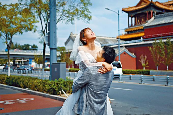 內地已經連續二十八日沒有本土病例。圖為一對新人北京街頭拍攝婚紗相。