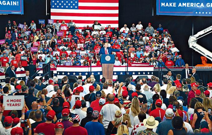 特朗普周日在內華達州漢德森市舉行室內造勢大會。