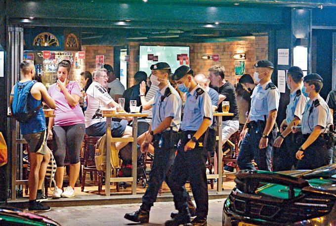警方巡查尖沙嘴及中區的酒吧等餐飲處所。
