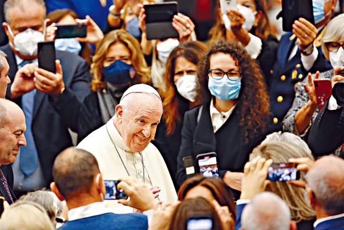 教宗周一在梵蒂岡接見警隊成員。