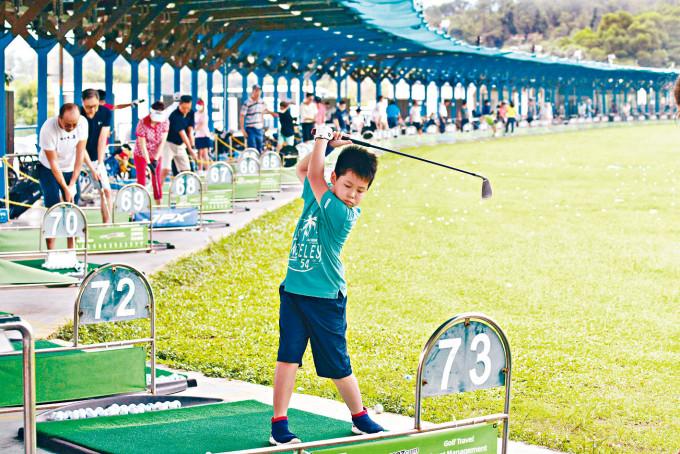 白石高爾夫球練習場以平民化價錢提供體育場地。