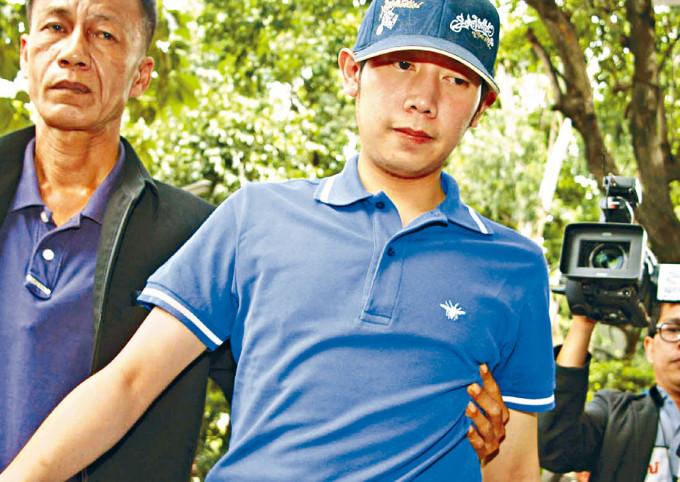 泰國警察二○一二年九月在曼谷帶走沃拉育調查。
