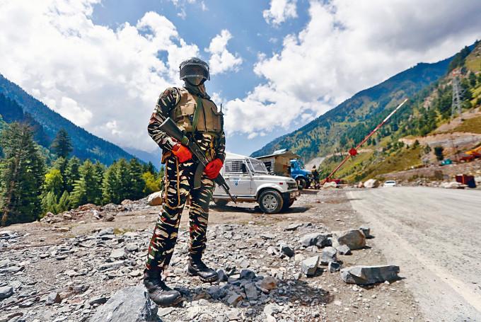 一名印度軍人在邊境公路上駐防。