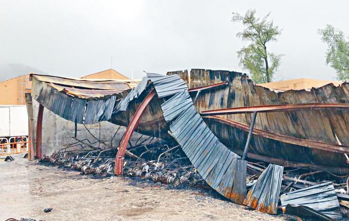 一批電動高球車被焚毀,鋅鐵簷篷亦燒至變形倒塌。