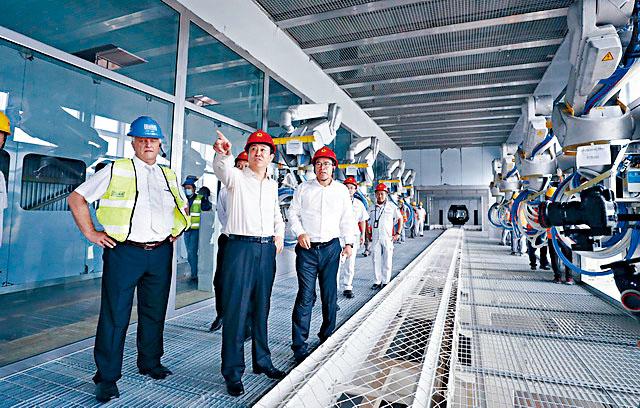 恒大主席許家印(中)早前視察新能源生產線。
