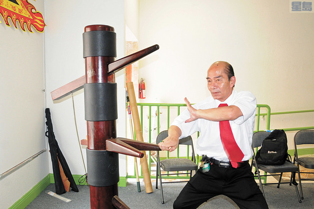 鄒穗師傅是廣東十虎之一,他在示範打木椿,拳路十分剛猛,勢不可擋。馬紅兵攝