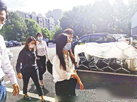 譚松韻(前)在19日現身 法庭附近。 網上圖片