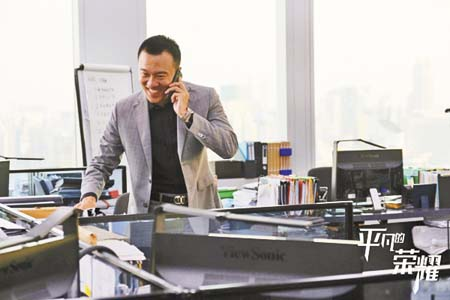 田昊接聽電話臉露笑意。 網上圖片