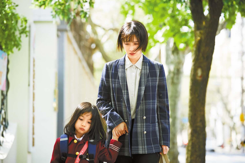 闞清子委屈的帶女兒回家。 網上圖片