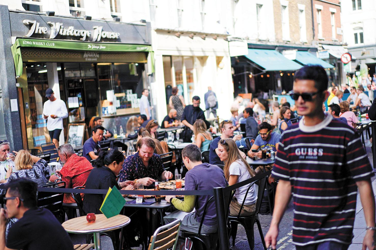 隨著經濟快速從谷底反彈,英國政府決定在10月底終止紓困計劃。圖為在倫敦,一家餐廳的顧客坐滿了戶外的餐桌。路透社