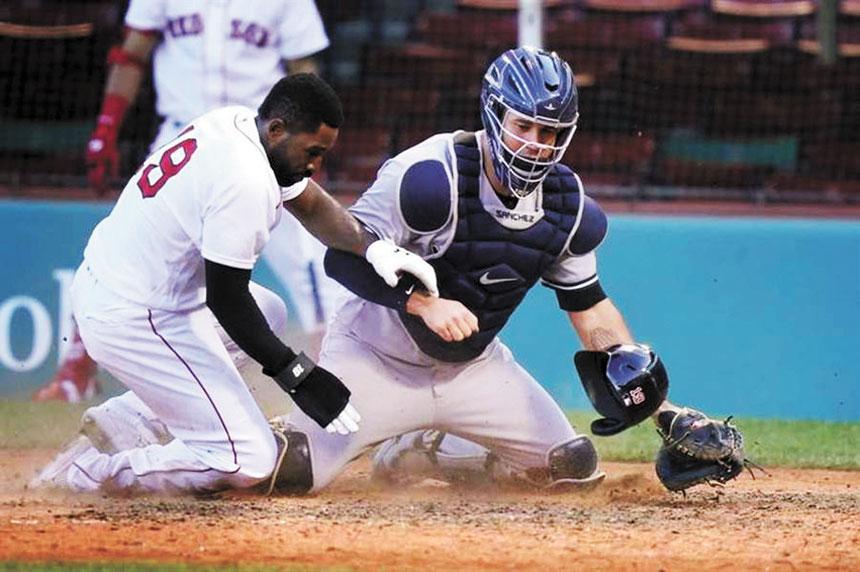 紅襪小布萊德利(左)藉著林子偉的高飛犧牲打,衝回本壘得分。網上圖片