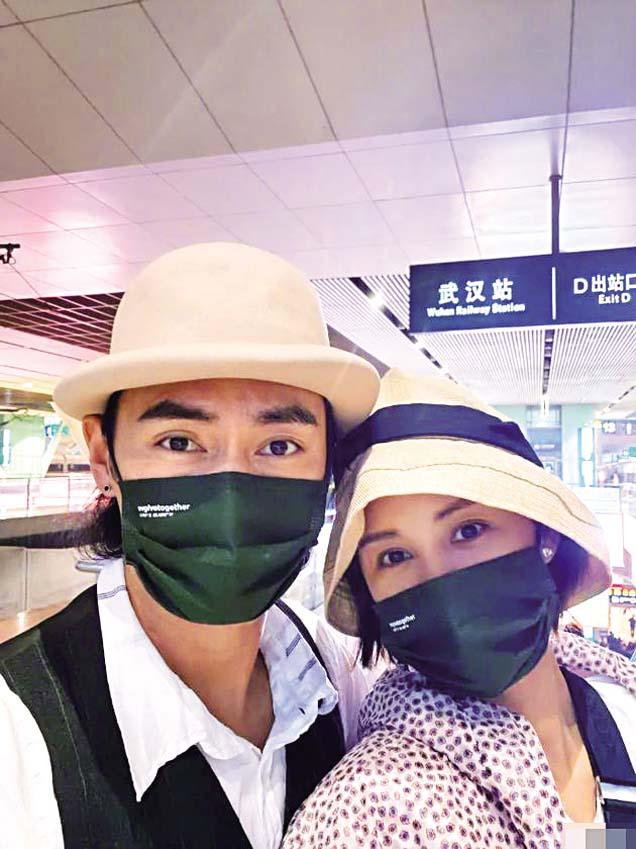 ■袁弘與老婆張歆藝在武漢車站 自拍。 網上圖片