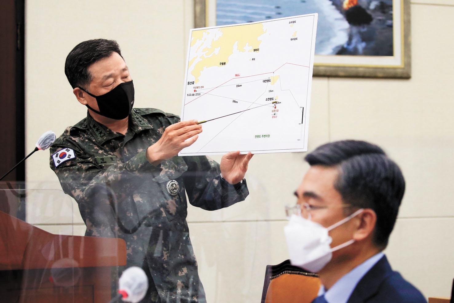 韓國聯合參謀本部作戰部長安永浩(左)在介紹韓國漁業官員被槍殺事件情況。美聯社