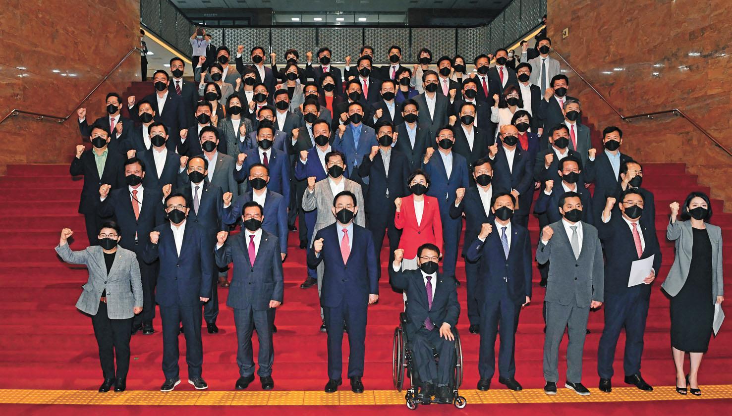 韓國在野國民力量黨成員24日譴責朝鮮槍殺韓國公務員。美聯社