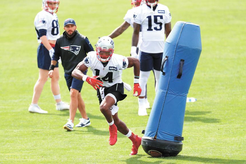 愛國者的訓練中,薩努身穿14號球衣在努力奔跑。法新社