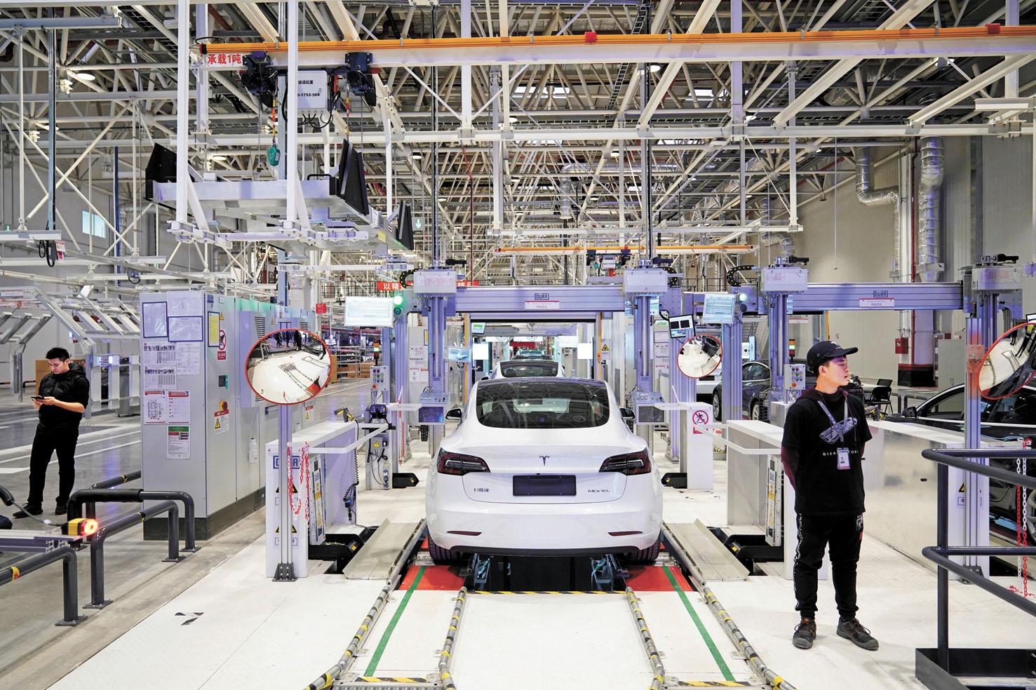包括特斯拉在內的大型車企控告特朗普政府向超過3000億美元的中國貨徵收關稅,進而影響全球產業鏈布局,圖為特斯拉在上海的工廠。路透社資料圖片
