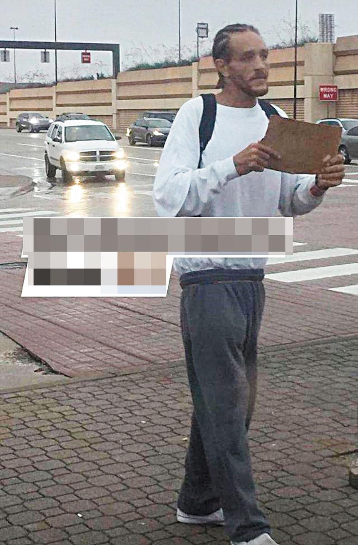 韋斯特近日再被拍到手舉寫著乞求文字的紙板小牌,沿街乞討。網上圖片