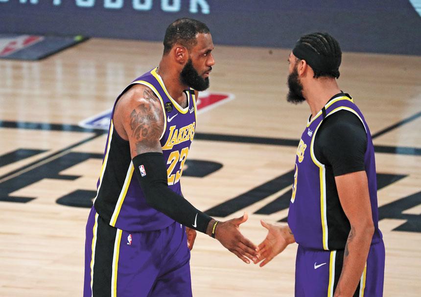詹姆斯(左)與濃眉哥(右)在季後賽的賽場上進行交流。路透社
