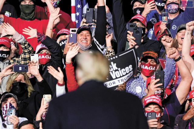競選連任的特朗普周末期間繼續四出拉票,在北卡州一個集會上發言。