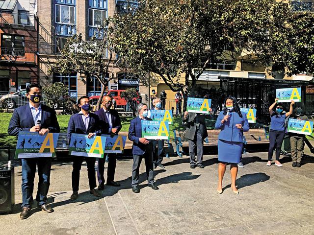 多位民選官員與華人社區領袖呼籲華人選民支持A提案,幫助重修華埠花園角廣場。記者徐明月攝