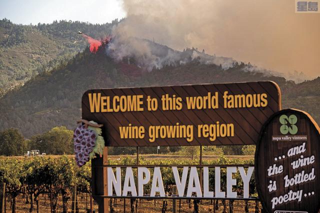 那柏加里斯托加地區發生山火,在那柏酒鄉廣告牌附近可見濃煙和直升機噴灑滅火劑。美聯社