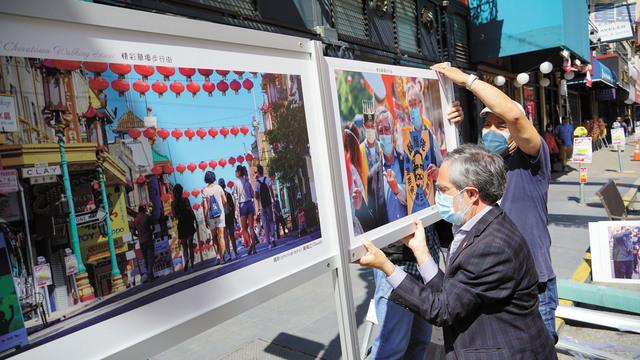 佩斯金興致勃勃為「華埠藝術長廊」安裝展覽,希望每周都能從新一輪的照片中,發現華埠經濟復甦的奇跡。記者黃偉江攝