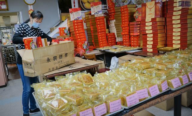 華埠永興餅家的月餅繼續旺銷,店鋪內變身為堆放月餅的半開放式倉庫,陳太太給客戶打包,忙個不停。 記者黃偉江攝