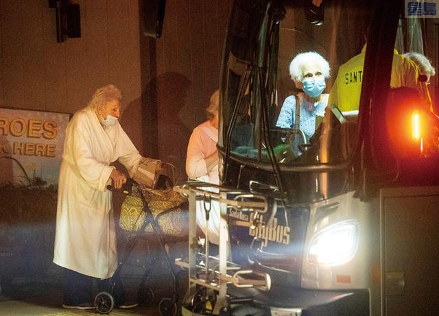 山火迫近聖他路沙,老人院的長者上巴士撤離。美聯社