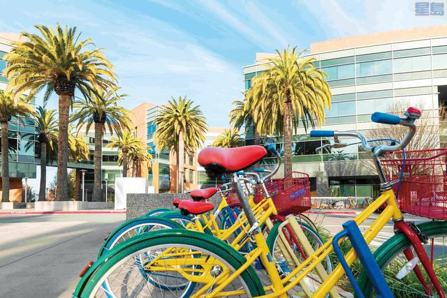 矽谷城市依賴科技業,疫情下員工遠程上班,對當地經濟帶來巨大挑戰,圖為堆滿供員工選用的彩色自行車的谷歌總部。資料圖片