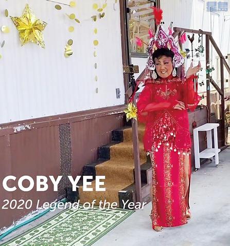余柯比今年7月為獲得艷舞表演名人堂博物館「活傳奇獎」在家門口錄製了跳舞視頻。視頻截圖
