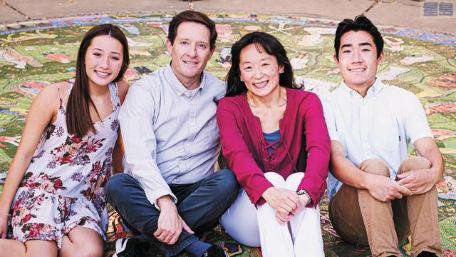 王羨茹(右二)與其家人。女兒剛上大學,目前由於疫情在家中上課。王羨茹提供