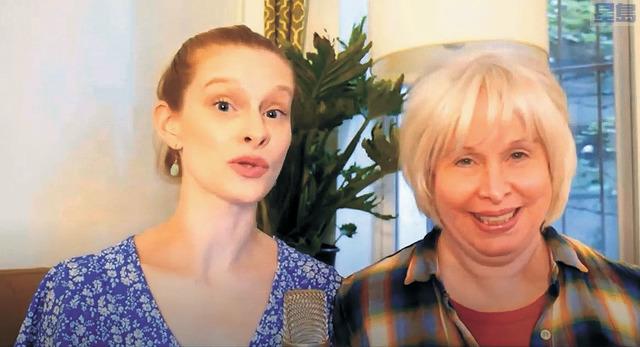 相當亮眼的節目之一是東岸網紅雪蓮和她的母親為大家獻上的歌曲《月亮代表我的心》。記者張曼琳截圖