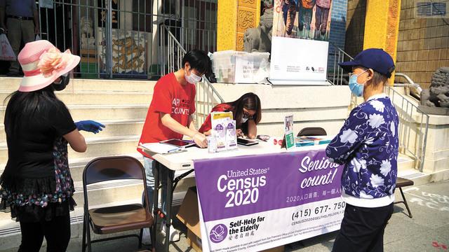 安老自助處在中華總會館前幫助華埠市民完成人口普查申報工作。記者黃偉江攝