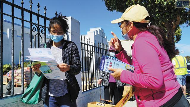 李美玲向華裔介紹選民登記。記者黃偉江攝