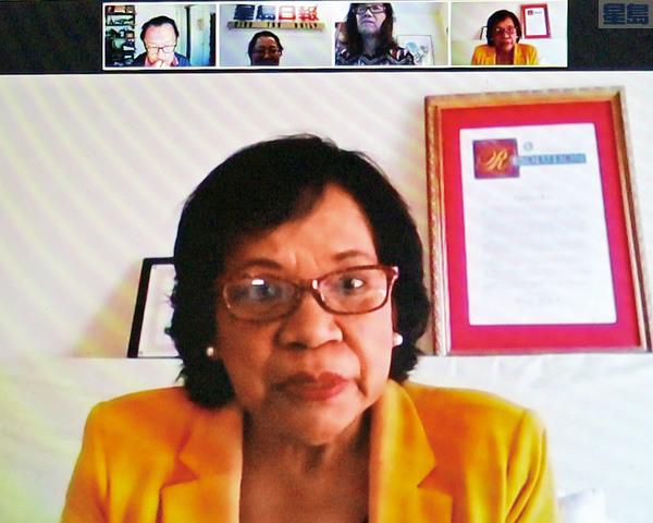 苗必達巿議員候選人蔡愛琳(Evelyn Chua)接受採訪,發表競選政見。苗巿居民邢蘇星(上右二)出席力挺。記者王慶偉截屏