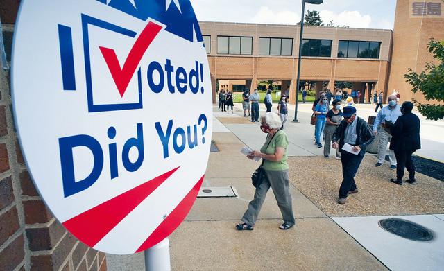 ■圖為維州亨里科縣的選民,18日提前在總註冊處排隊投票。 18日是該州為期45天的提前投票期的第一天。美聯社