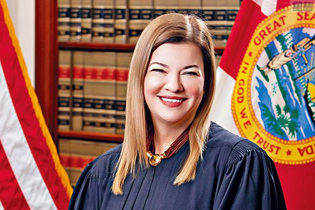 特朗普預告大法官人選會是女性。而聯邦上訴法院女法官拉哥亞(左)及上訴法院女法官巴瑞特(右)其中一人最有機會成為大法官。路透社/網上圖片