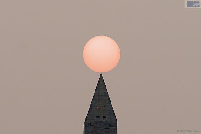 ■西岸特大野火產生的煙霧,已蔓延到5000英里外華盛頓的天空,圖為林肯紀念堂看到的乳白色霧霾日落。推特圖片