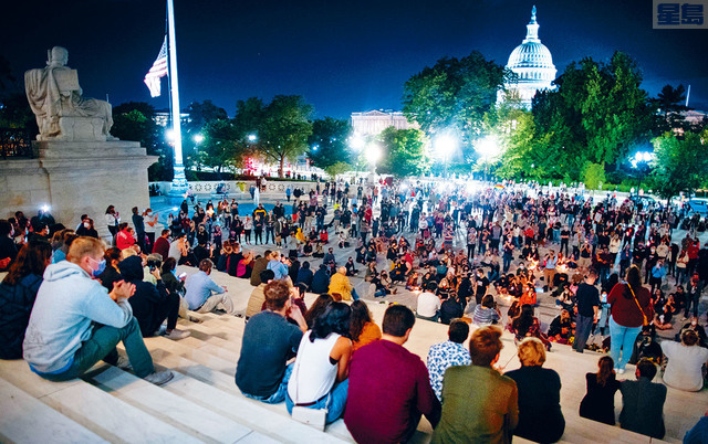 ■金斯伯格病逝的消息宣布後,人們聚集在華盛頓最高法院外悼念。最高法院指,金斯伯格因為胰臟癌的併發症,18日在家中逝世。路透社