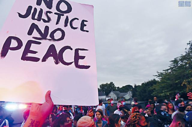 ■賓州蘭卡斯特市發生警員開槍擊斃一名男子事件,激發過百民眾上街抗議。美聯社