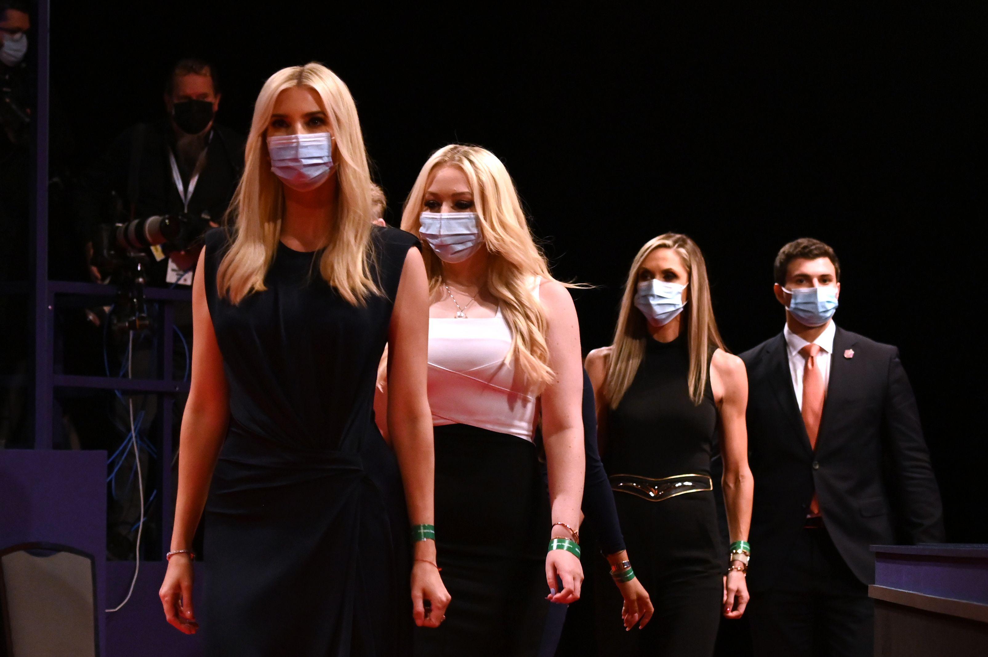 總統選舉展開最後一場電視辯論,特朗普的家人做好新型冠狀病毒預防措施,他們都戴上口罩進入辯論現場。    法新社