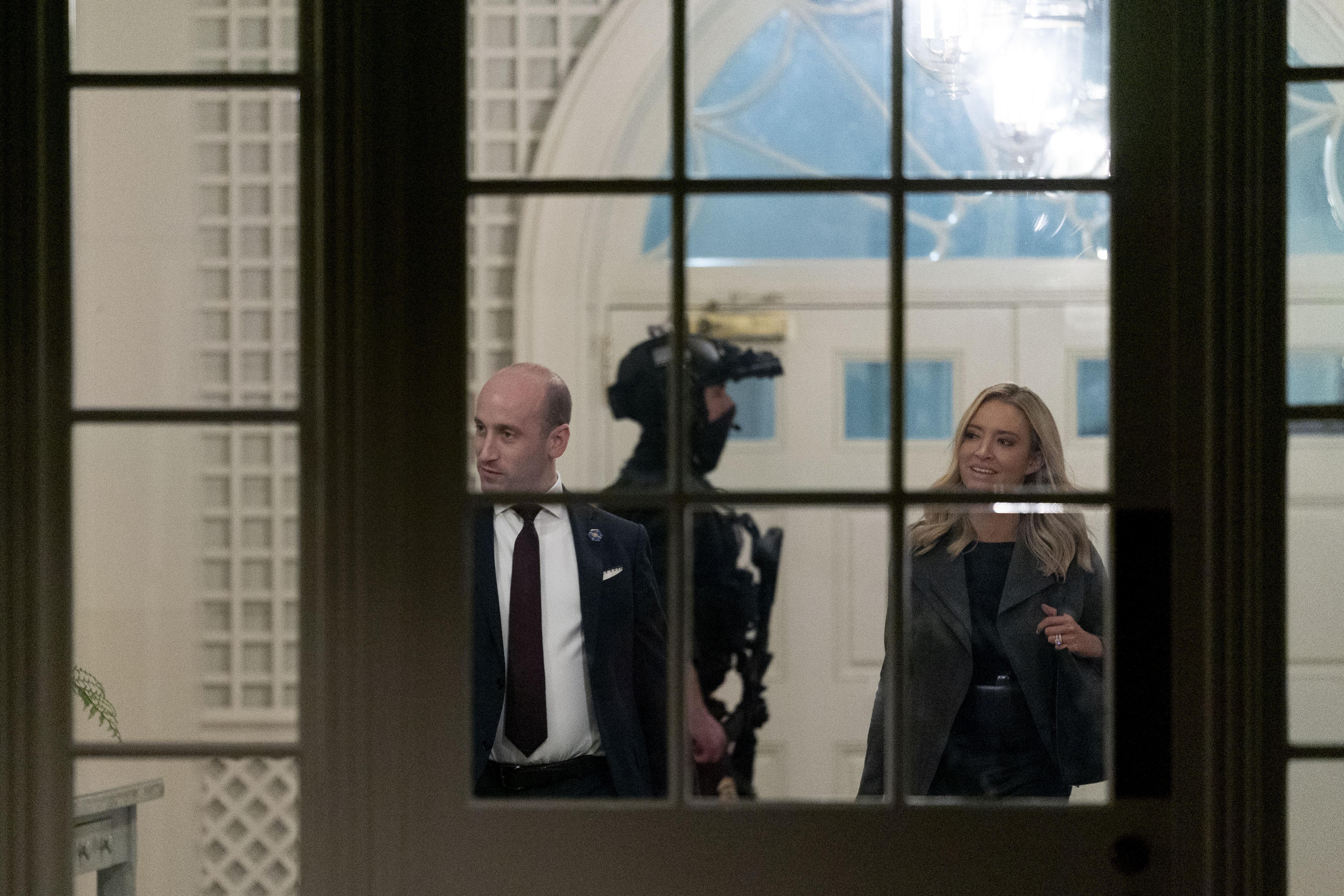 白宮主管移民事務的高級顧問米勒(左)表示,總統特朗普成功連任的話,將要求更多國家協助收容難民。    美聯社