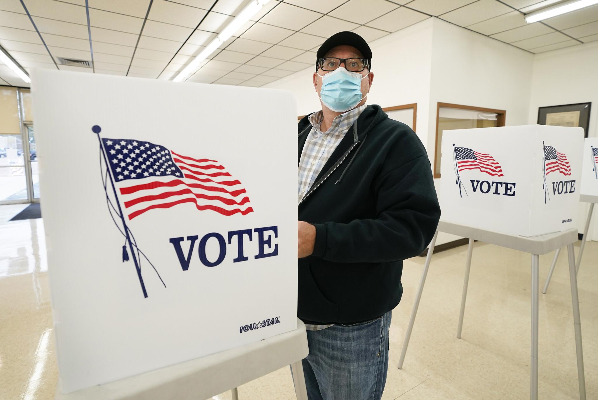 圖為愛荷華州阿德爾的一名選民,提前在總統大選中投票。    美聯社